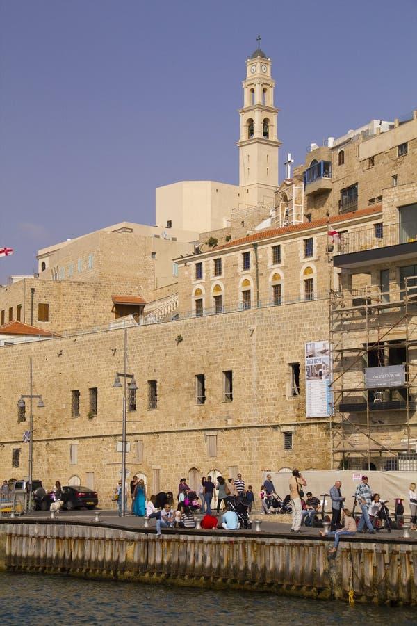 走在老贾法角口岸的人们。以色列 免版税库存照片