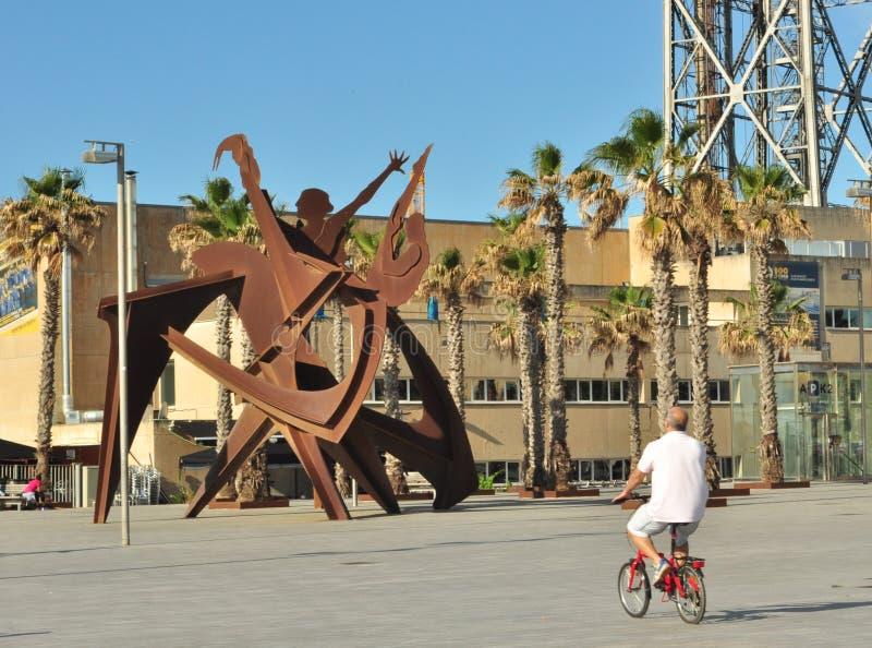 走在自行车的镇附近的老人 免版税库存照片