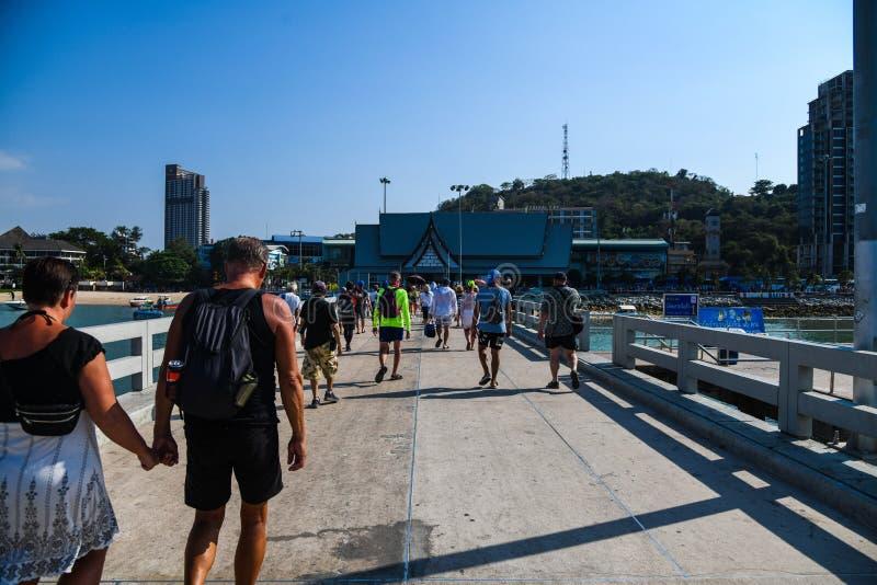 走在芭达亚海滩桥梁的人们 库存照片