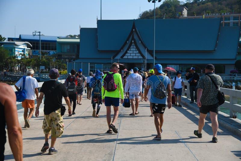 走在芭达亚海滩桥梁的人们 免版税库存图片