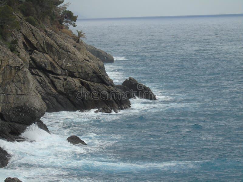 走在菲诺港附近海边在利古里亚 免版税库存照片
