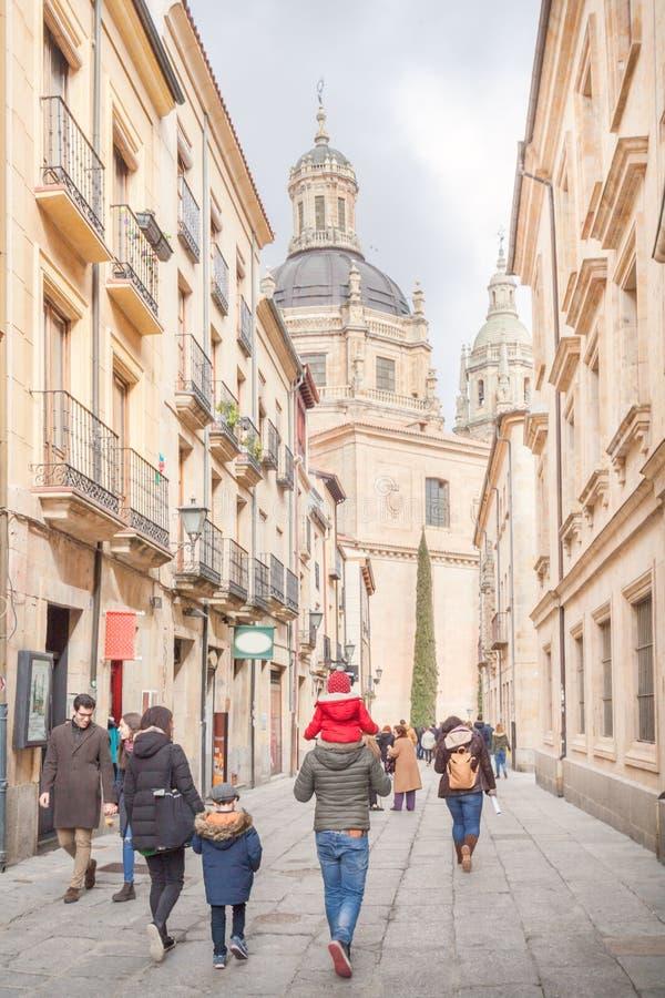 走在萨拉曼卡,西班牙的游人家庭 免版税库存图片