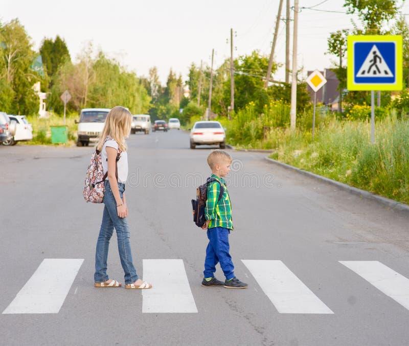 走在行人交叉路的孩子 库存照片
