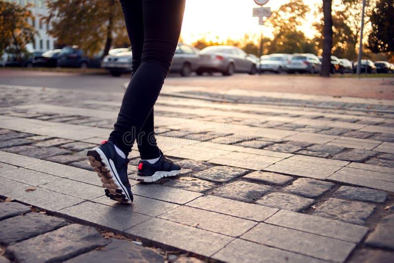 走在行人穿越道的妇女播种的射击在城市街道 城市, 免版税库存图片