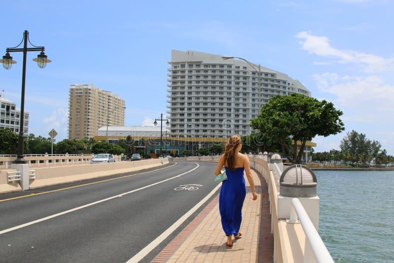 走在街市迈阿密的美丽的偶然妇女 免版税库存照片