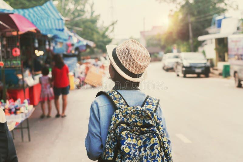 走在街道上的亚洲妇女旅客购物 库存照片