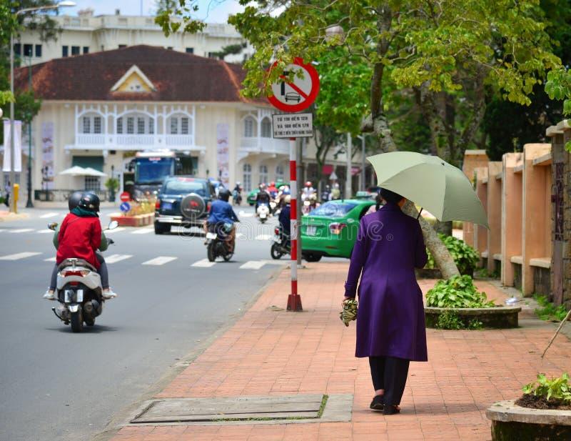 走在街道上的人们在大叻,越南 免版税库存照片
