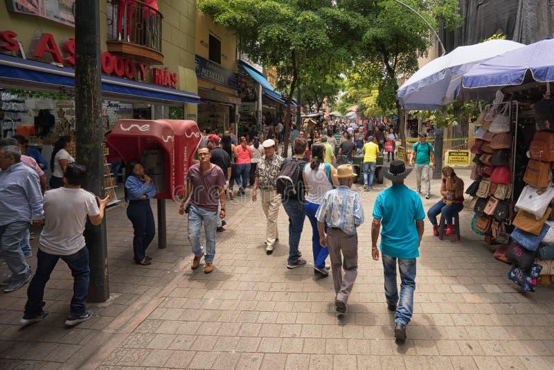 走在街道上的人们在市中心在麦德林哥伦比亚 免版税库存图片