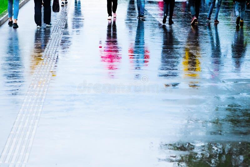 走在街道上的人的反射在雨以后 库存照片