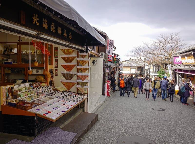 走在街道上的人们在老镇在京都,日本 免版税库存照片
