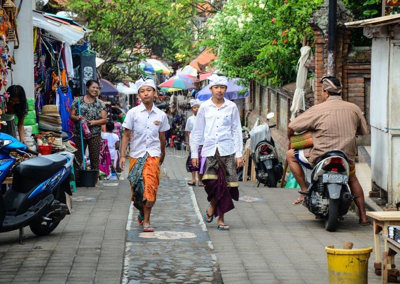 走在街道上的人们在巴厘岛,印度尼西亚 免版税图库摄影