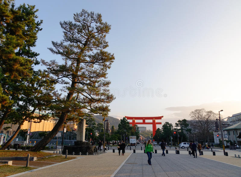 走在街道上的人们在主要公园在京都,日本 库存图片