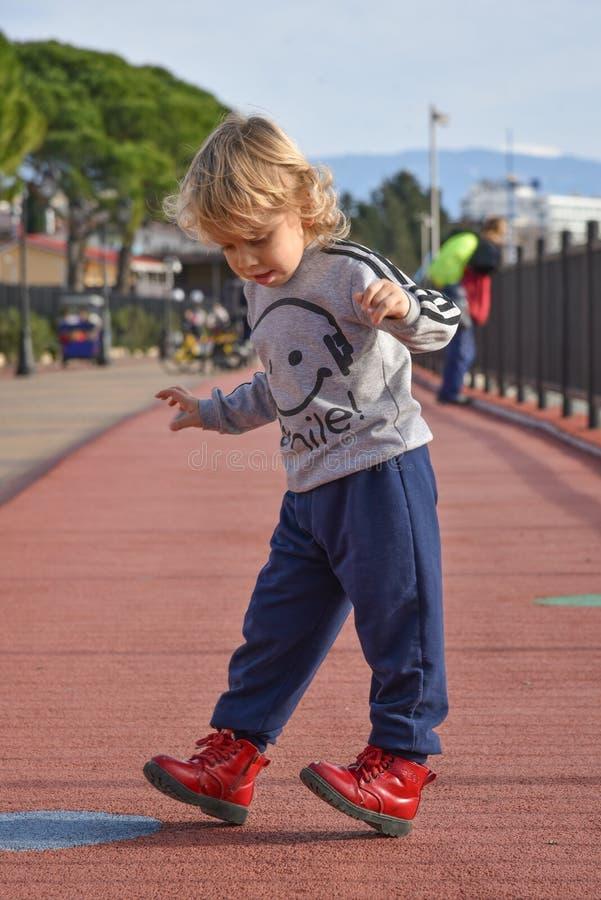 走在街道上的孩子 奥林匹克公园的堤防在索契,爱德乐,俄罗斯 旅行 免版税库存照片