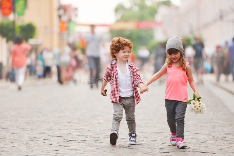 走在街道上的男孩和女孩 免版税库存图片