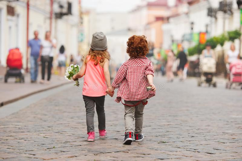 走在街道上的男孩和女孩 库存照片