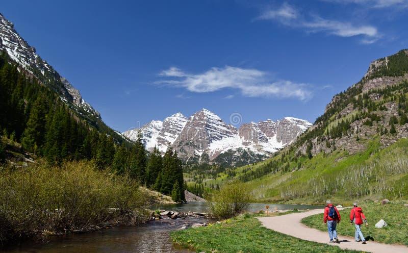 走在褐红的响铃,科罗拉多中的游人 免版税库存图片