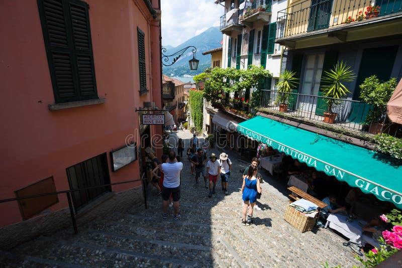 走在贝拉焦街道上,Como湖的,意大利一个小村庄 库存图片