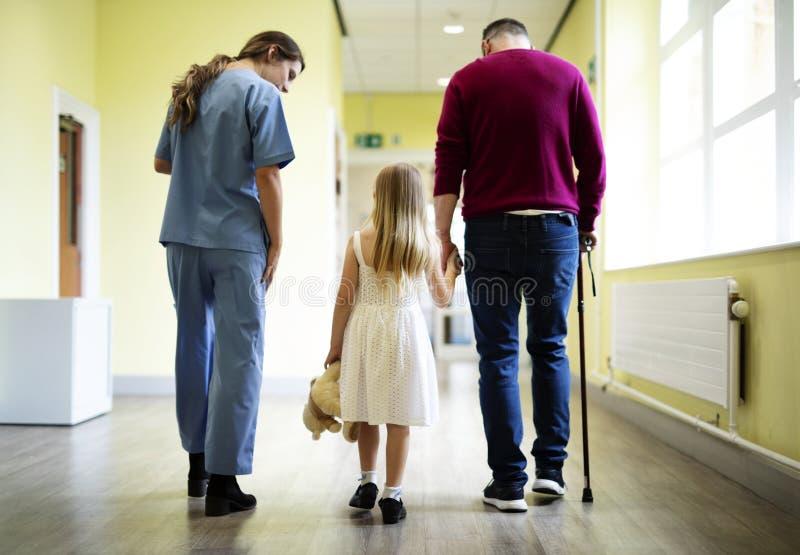 走在走廊下的护士一名患者 库存照片