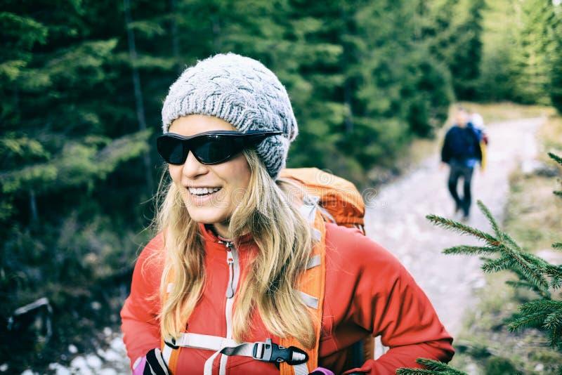 走在足迹的夫妇远足者在森林里 免版税图库摄影