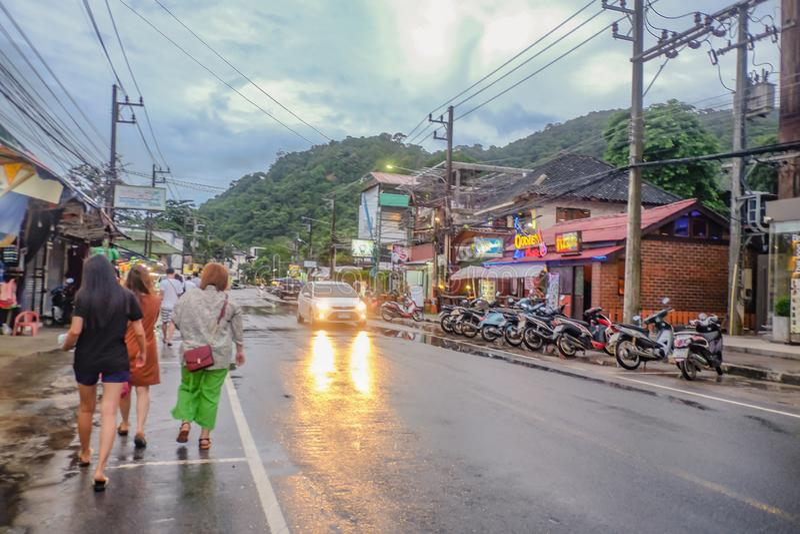 走在路的不知道泰国人或游人在酸值张海岛桐艾府泰国 在海岛上的泰国假日 库存图片