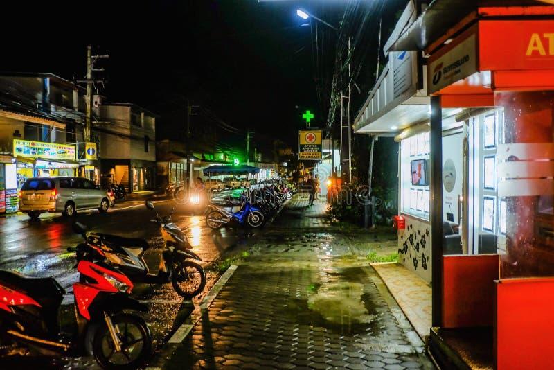 走在路的不知道泰国人或游人在酸值张海岛桐艾府泰国 在海岛上的泰国假日 库存照片