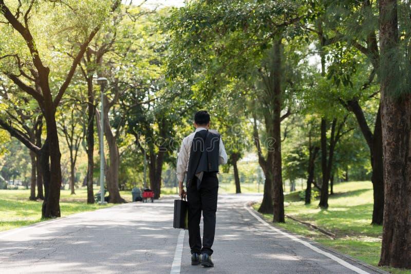 走在路的年轻亚洲商人 图库摄影