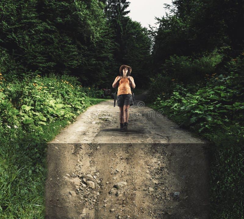 走在路的森林里 免版税库存图片