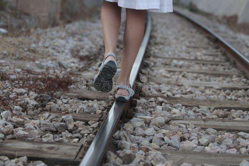 走在路轨道路的女孩 库存图片