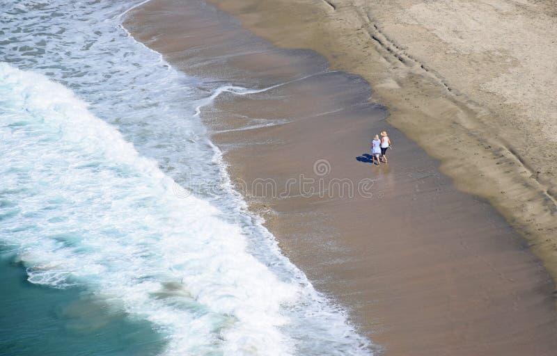 走在达娜子线的妇女在达讷论点,加利福尼亚靠岸 免版税库存图片