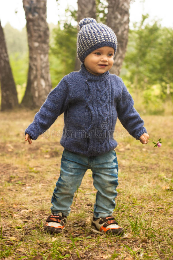 走在远足的活动期间的小男孩在森林里 免版税库存图片