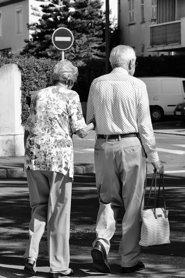 走在镇里的资深夫妇 免版税库存照片