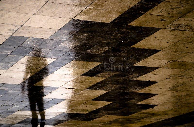 走在雨中的一個人模糊的反射剪影圖片