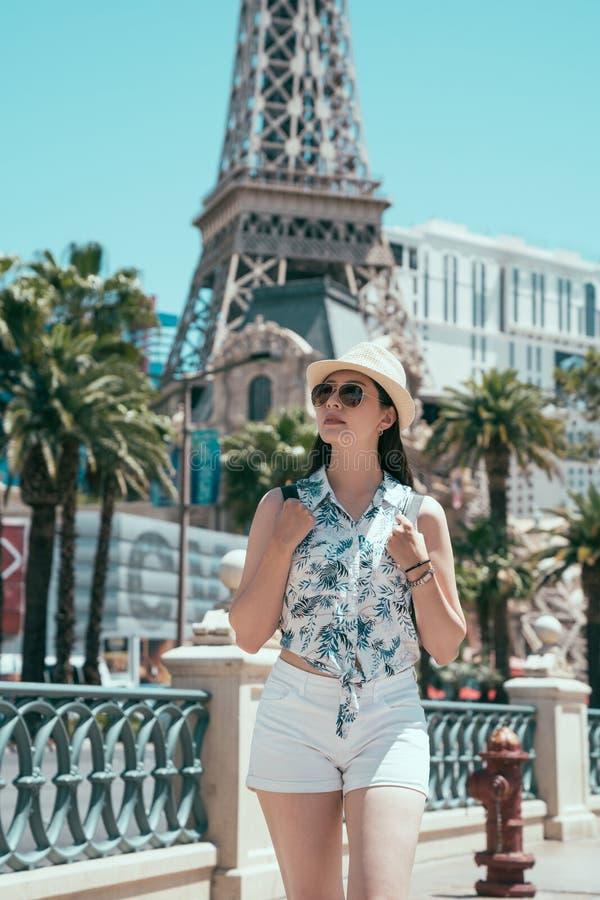 走在高塔旁边的年轻背包徒步旅行者 免版税库存图片