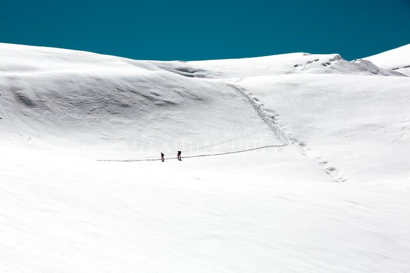 走在高处多雪的山冰川的高山登山人 库存照片