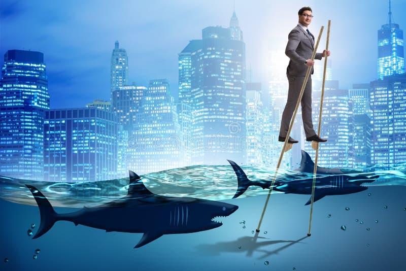 走在鲨鱼中的高跷的商人 皇族释放例证