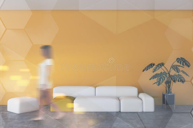 走在黄色客厅的妇女 皇族释放例证