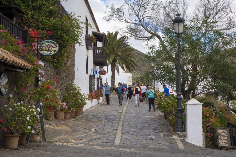 走在贝坦库里亚费埃特文图拉岛加那利群岛Las的游人 免版税库存照片