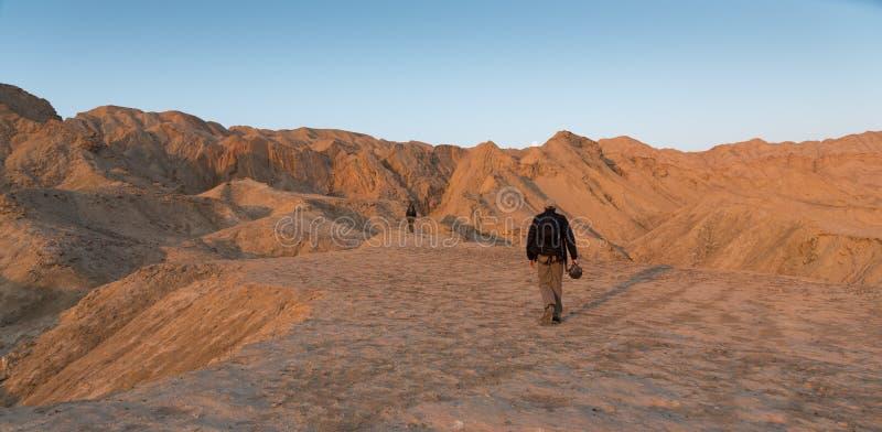 走在死海小山的人 免版税图库摄影
