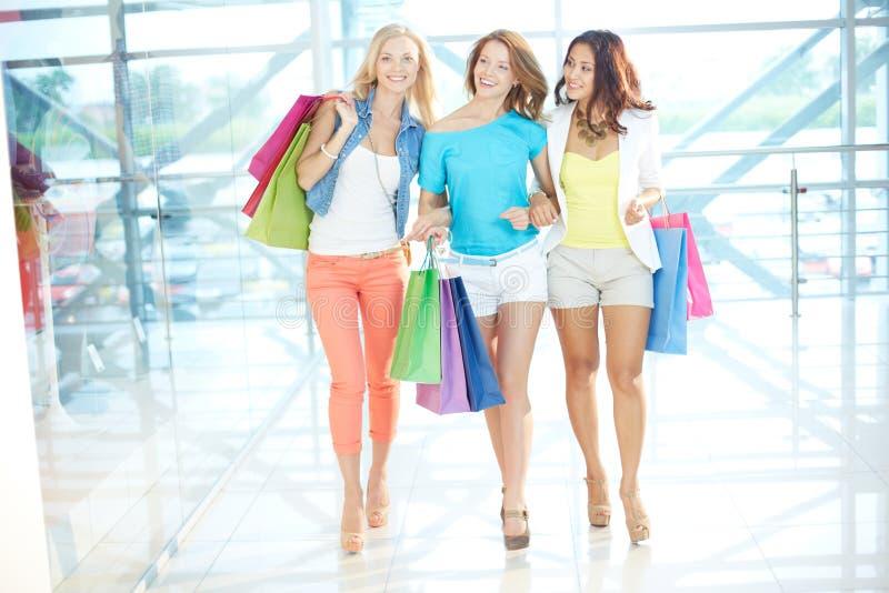 走在购物中心 免版税图库摄影