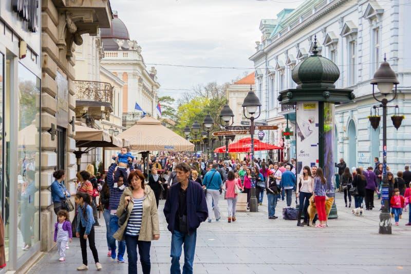 走在购物街道上的匿名人民人群  免版税库存照片