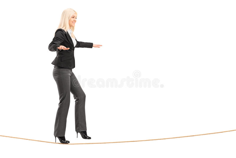走在绳索的一个少妇的全长画象 免版税库存照片