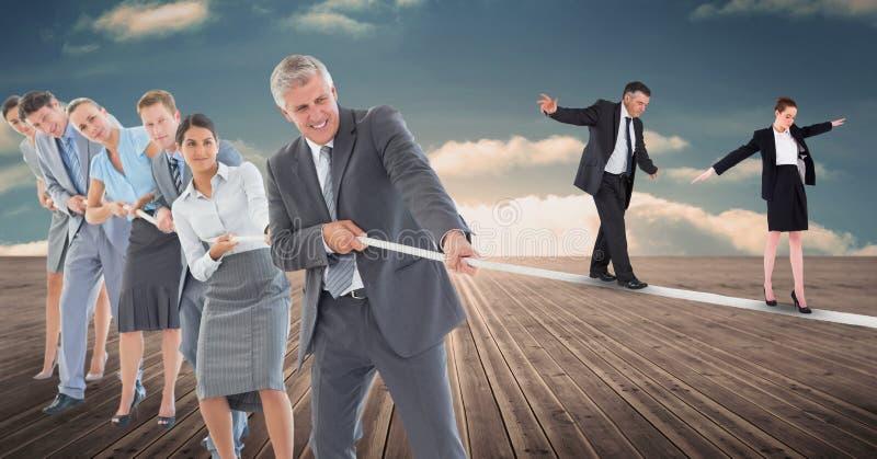 走在绳索的商人,当拉扯它在木板走道时的同事 皇族释放例证