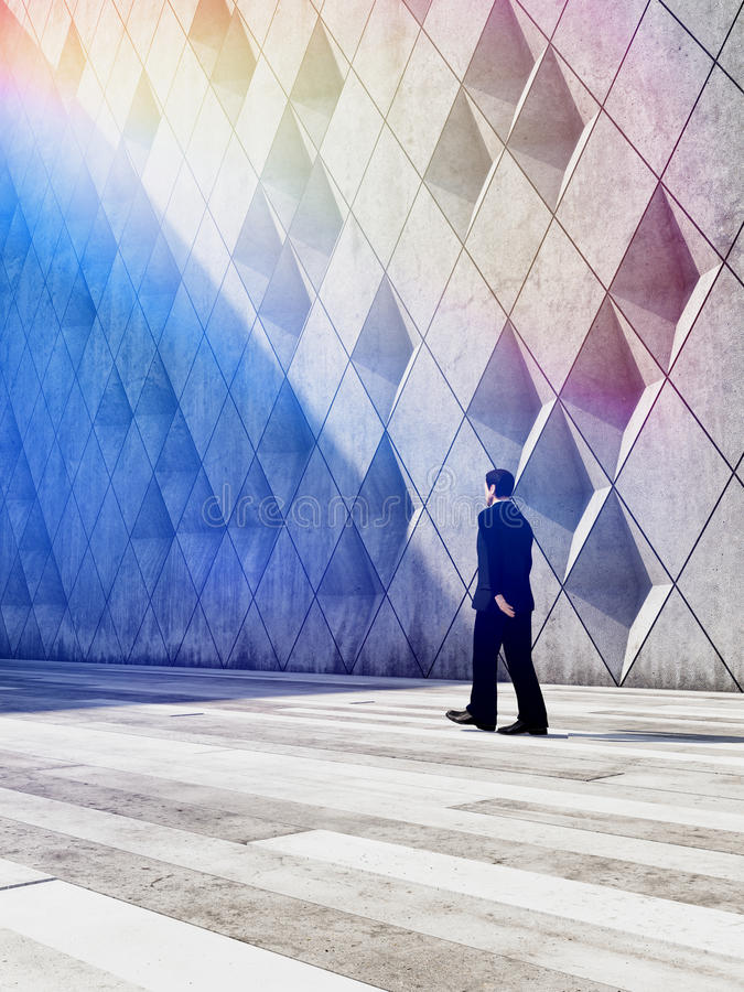 走在建筑设计大厦的商人 库存照片