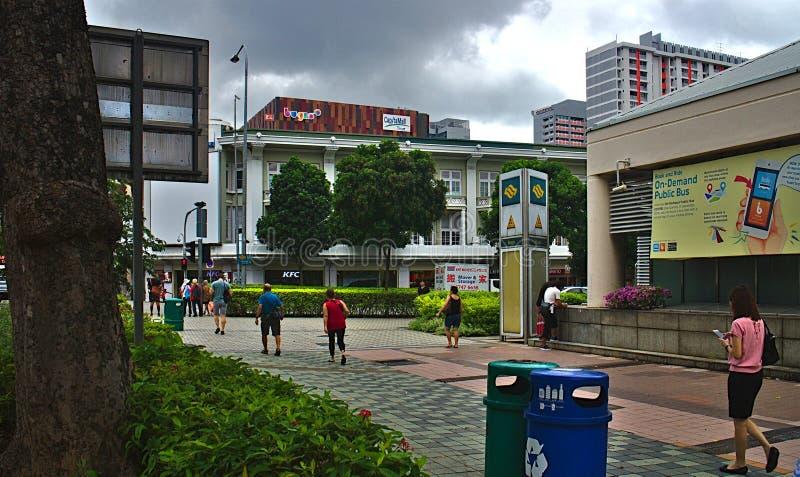 走在Bugis MRT驻地附近的人们 库存照片