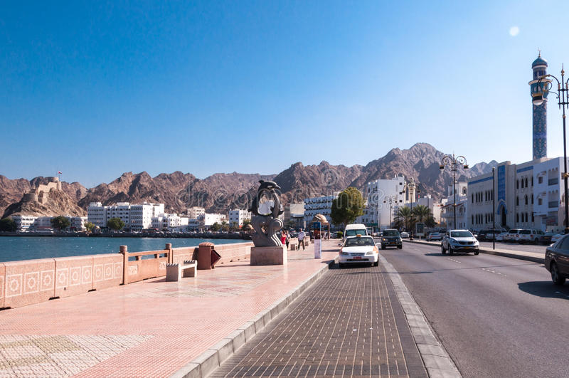 走在Corniche,马斯喀特,阿曼的游人 免版税库存图片