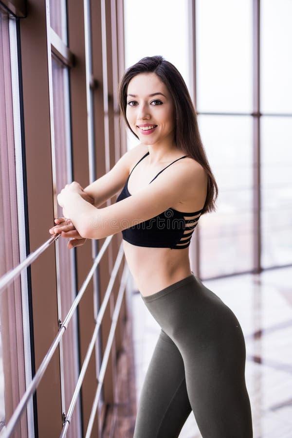 走在crossfit健身房的坚定的健身妇女全长射击  做准备在一种强烈的锻炼前的肌肉女运动员 免版税库存照片