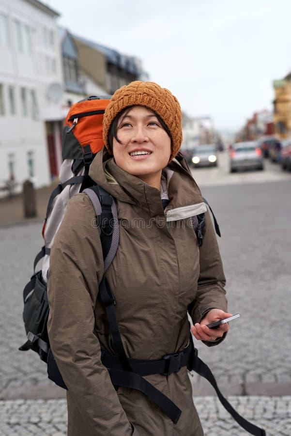 走在Eur城市的年轻旅行的旅游背包徒步旅行者妇女 库存图片