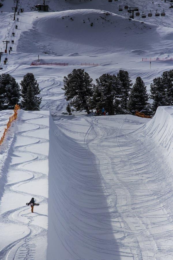 走在halfpipe边缘的挡雪板 免版税库存照片