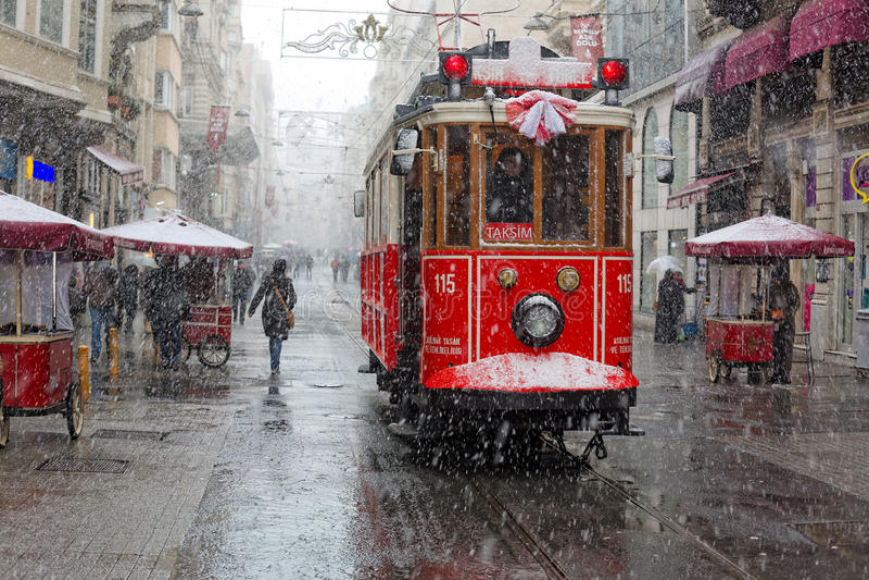 走在Istiklal街道,伊斯坦布尔的大雪下的人们 库存照片