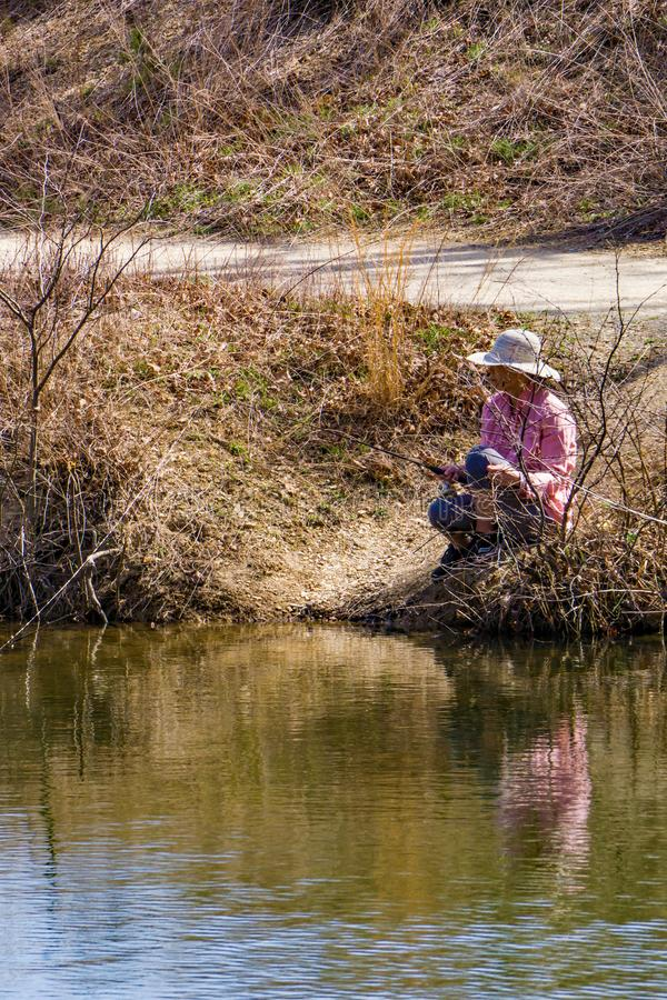 走在Pandapas池塘的家庭 免版税库存图片